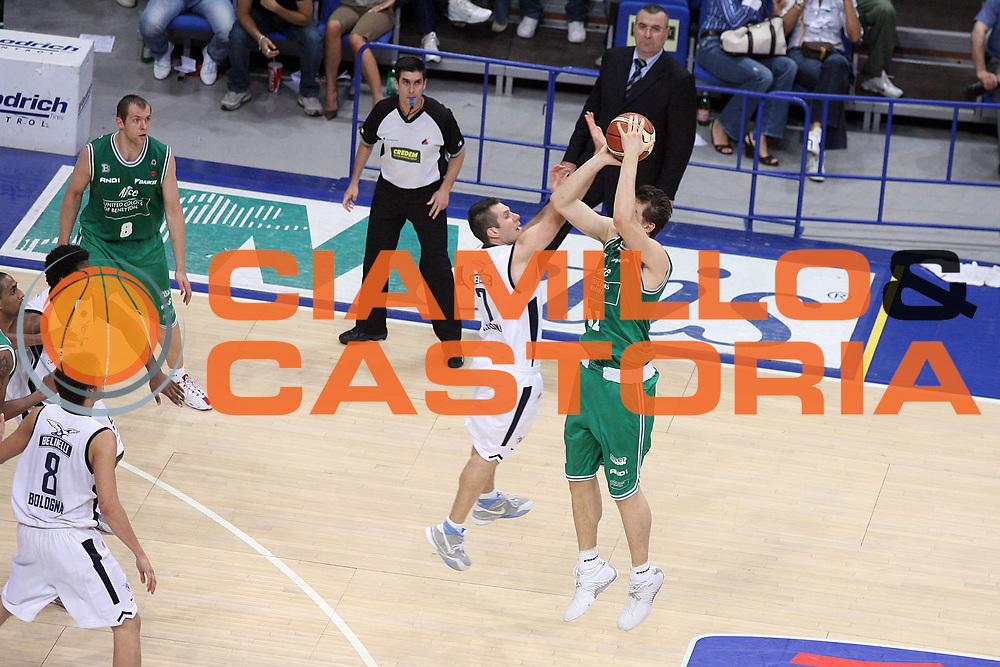 DESCRIZIONE : Bologna Lega A1 2005-06 Play Off Finale Gara 3 Climamio Fortitudo Bologna Benetton Treviso <br /> GIOCATORE : Becirovic Bargnani <br /> SQUADRA : Climamio Fortitudo Bologna <br /> EVENTO : Campionato Lega A1 2005-2006 Play Off Finale Gara 3 <br /> GARA : Climamio Fortitudo Bologna Benetton Treviso <br /> DATA : 18/06/2006 <br /> CATEGORIA : Fallo <br /> SPORT : Pallacanestro <br /> AUTORE : Agenzia Ciamillo-Castoria/G.Ciamillo <br /> Galleria : Lega Basket A1 2005-2006 <br /> Fotonotizia : Bologna Campionato Italiano Lega A1 2005-2006 Play Off Finale Gara 3 Climamio Fortitudo Bologna Benetton Treviso <br /> Predefinita :