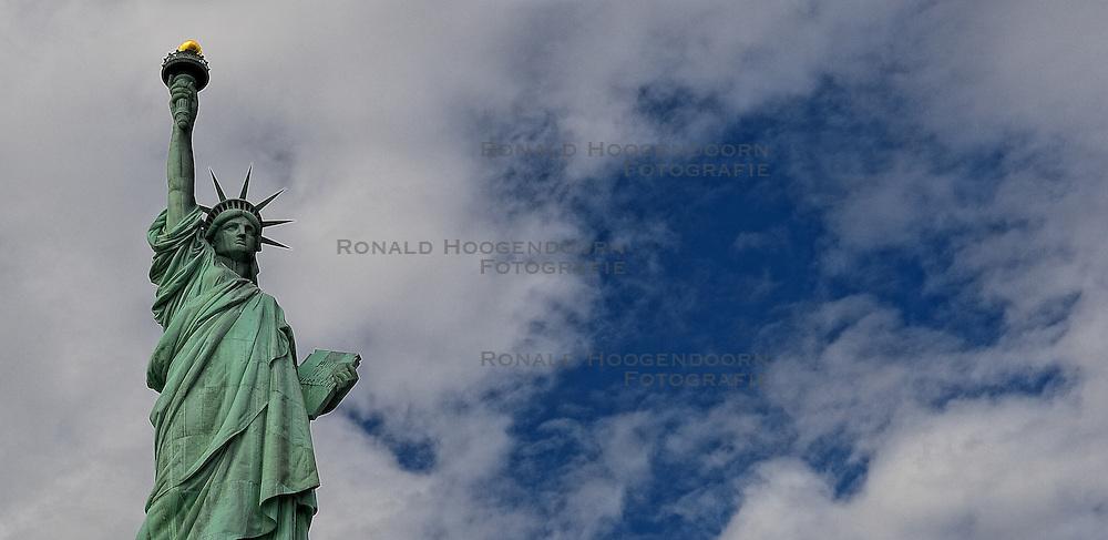 01-01-2013 ALGEMEEN: BVDGF NY MARATHON: NEW YORK <br /> Opweg naar de south Ferry's voor een bezoek aan Ellis Island en Liberty Island is een klein onbewoond eiland in de Haven van New York en New Jersey gelegen in de monding van de Hudson River. Op het eiland staat het wereldberoemde Vrijheidsbeeld / NY item <br /> ©2013-WWW.FOTOHOOGENDOORN.NL