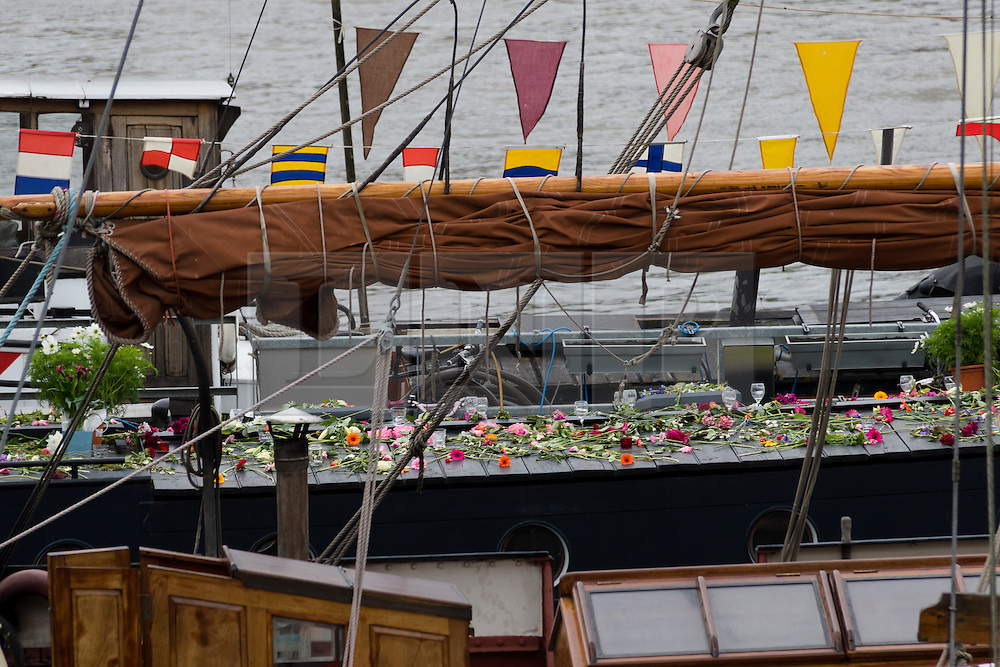 © Licensed to London News Pictures. 18/06/2016. LONDON, UK.  Flowers laid on the houseboat where Jo Cox lived at Hermitage Moorings on the River Thames in Wapping. The Labour MP for Batley and Spen was about to hold her weekly constituency surgery in Birstall Library on16 June 2016 when she was shot and stabbed in the street and later died. Friends and neighbours from the local community continue to visit Hermitage Moorings this morning to pay tribute to Jo Cox.  Photo credit: Vickie Flores/LNP