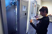 Nederland, Nijmegen, 4-9-2007..Het umcn radboud heeft een nieuwe machine om het personeel van dit academisch ziekenhuis van dienstkleding te voorzien. De chipcard die elke medewerker heeft leest het gewenste kledingstuk af en een grote carrousel draait het in de nis waar het afgenomen kan worden. Hierdoor hoeft geen gebruik gemaakt te worden van aparte ruimtes met lockers die met name in de avond en nacht een onveilig gevoel geven...Foto: Flip Franssen