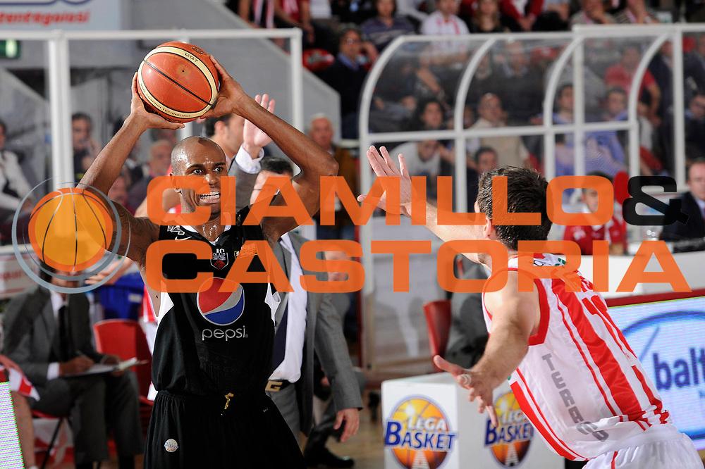 DESCRIZIONE : Teramo Lega A 2010-11 Banca Tercas Teramo Pepsi Caserta<br /> GIOCATORE : Tim Bowers<br /> SQUADRA : Pepsi Caserta<br /> EVENTO : Campionato Lega A 2010-2011<br /> GARA : Banca Tercas Teramo Pepsi Caserta<br /> DATA : 12/05/2011<br /> CATEGORIA : palleggio<br /> SPORT : Pallacanestro<br /> AUTORE : Agenzia Ciamillo-Castoria/C.De Massis<br /> Galleria : Lega Basket A 2010-2011<br /> Fotonotizia : Teramo Lega A 2010-11 Banca Tercas Teramo Pepsi Caserta<br /> Predefinita :