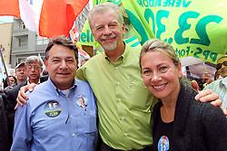 Luiz Fernando Moraes com o candidato à reeleição pelo PDT em Porto Alegre, José Fortunati, e a primeira dama, Regina Becker durante caminhada no centro de Porto Alegre. FOTO: Jefferson Bernardes/Preview.com