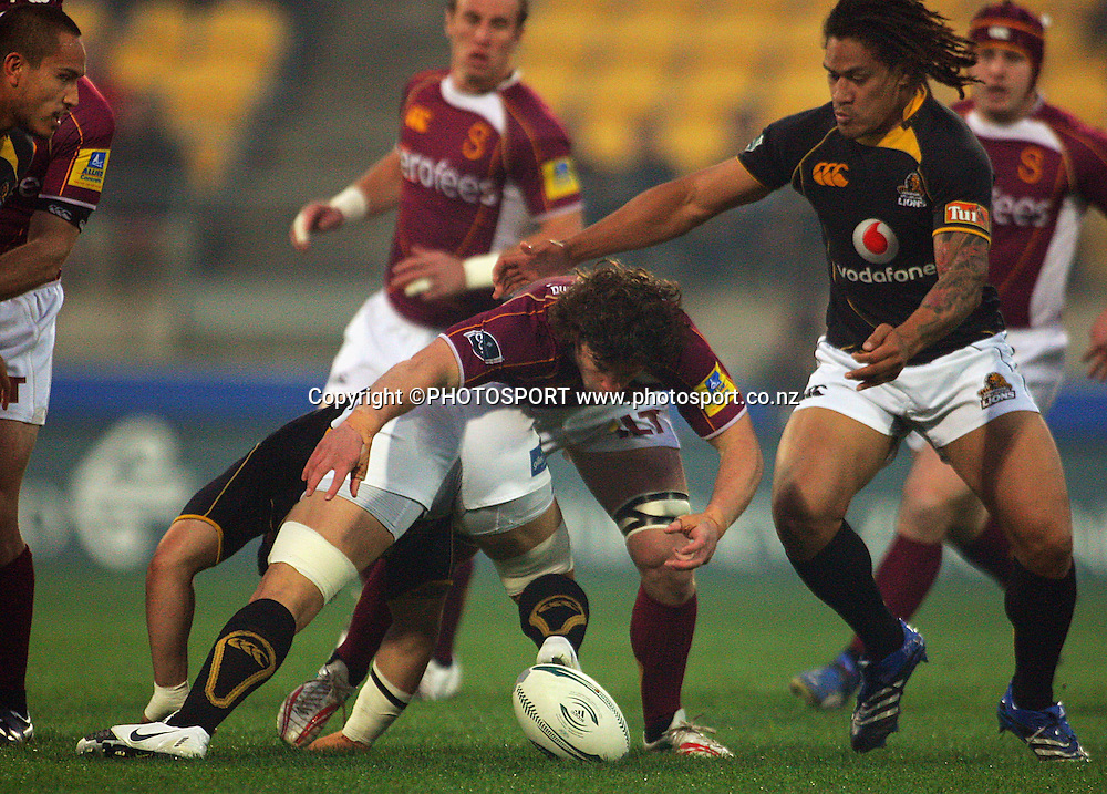 Tim Boys and Rodney So'oialo close on loose ball.<br /> Air NZ Cup semi-final. Wellington Lions v Southland Stags at Westpac Stadium, Wellington, New Zealand, Friday, 17 October 2008. Photo: Dave Lintott/PHOTOSPORT