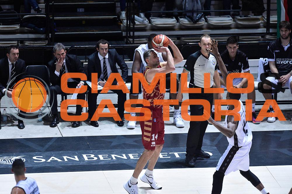 DESCRIZIONE : Bologna Lega A 2015-16 Obiettivo Lavoro Virtus Bologna - Umana Reyer Venezia<br /> GIOCATORE : Tomas Ress<br /> CATEGORIA : Tiro Tre Punti Ritardo <br /> SQUADRA : Umana Reyer Venezia<br /> EVENTO : Campionato Lega A 2015-2016<br /> GARA : Obiettivo Lavoro Virtus Bologna - Umana Reyer Venezia<br /> DATA : 04/10/2015<br /> SPORT : Pallacanestro<br /> AUTORE : Agenzia Ciamillo-Castoria/GiulioCiamillo<br /> <br /> Galleria : Lega Basket A 2015-2016 <br /> Fotonotizia: Bologna Lega A 2015-16 Obiettivo Lavoro Virtus Bologna - Umana Reyer Venezia