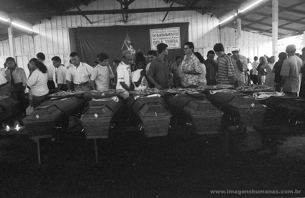 """O chamado massacre de Eldorado dos Carajás ocorreu durante o conflito de 17 de abril de 1996 em Eldorado dos Carajás, no sul do Pará. Dezenove sem-terra foram assassinados pela Polícia Militar. O confronto ocorreu quando 1.500 sem-terra que estavam acampados na região decidiram fazer uma marcha em protesto contra a demora da desapropriação de terras, principalmente as da Fazenda Macaxeira. A Polícia Militar foi encarregada de tirá-los do local, pois estavam obstruindo a rodovia PA-150, que liga Belém ao Sul do Pará.  .  .A ordem partiu do Secretário de Segurança do Pará, Paulo Sette Câmara, que declarou, depois do ocorrido, que autorizara """"usar a força necessária, inclusive atirar"""". De acordo com os sem-terra ouvidos pela imprensa na época, os policiais chegaram jogando bombas de gás lacrimogêneo. Os sem-terra revidaram com paus e pedras. A polícia, então, partiu para uma ação mais violenta e atirou. 19 pessoas morreram na hora, outras duas morreram anos depois, vítimas das seqüelas e outras 67 ficaram feridas e mutiladas para o resto da vida.  .  .Segundo o legista Nélson Massini, que fez a perícia dos corpos, pelo menos 10 sem-terra foram executados. Sete lavradores foram mortos por instrumentos cortantes, como foices e facões.  .The call massacre of Eldorado of Carajás happened during the conflict of April 17, 1996 in Eldorado of Carajás, in the south of Pará. Nineteen landless laborer was murdered by the Military police. The confrontation happened when 1.500 landless laborer that you/they were camped in the area decided to do a march in protest against the delay of the expropriation of lands, mainly the one of Fazenda Macaxeira. The Military police was entrusted of removing them of the place, because they were obstructing the highway SHOVEL-150, that it links Belém to the South of Pará.    .    .The order left of the Secretary of Safety of Pará, Paulo Sette Câmara, that declared, after happened him, that it had authorized to """"use the necessary force, besides to"""