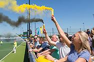 Den Bosch - Den Bosch - SCHC  Dames, Halve Finale  Playoffs, Tweede wedstrijd, Hoofdklasse Hockey Dames, Seizoen 2017-2018, 05-05-2018, Den Bosch - SCHC 4-2,  bengaals vuurwerk in de kleuren van Den Bosch.<br /> <br /> (c) Willem Vernes Fotografie