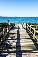Passarela de madeira na Praia de Jurerê Internacional. Florianópolis, Santa Catarina, Brasil. / Wooden footbridge at Jurere Internacional Beach. Florianopolis, Santa Catarina, Brazil.