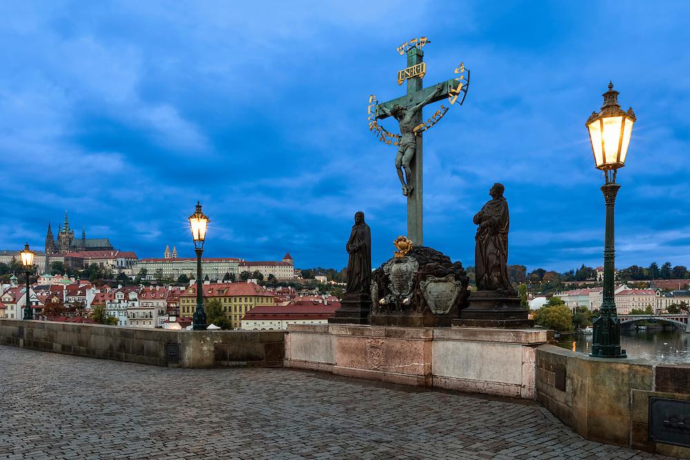 Karlsbrücke in Prag bei Nacht mit Prager Burg (Hradschin) und Veitsdom.