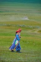 Mongolie, province de Uvs, région de l'ouest, femme nomade dans la steppe // Mongolia, Uvs province, western Mongolia, nomad woman in the steppe