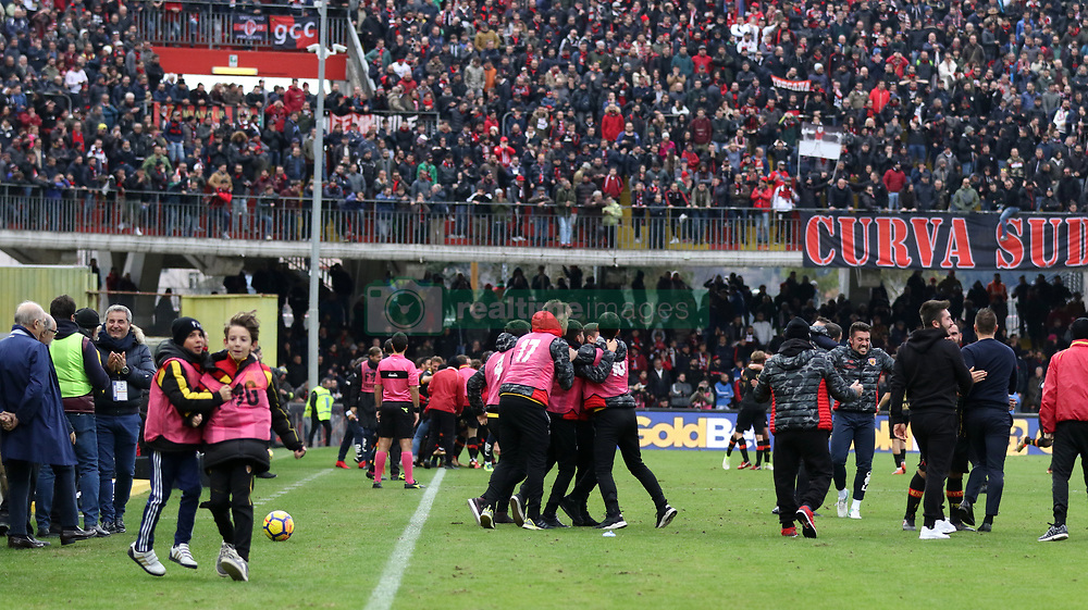 December 3, 2017 - Benevento, Campania/Napoli, Italy - Benevento, Italy. December 3, 2017: .The Benevento players celebrate after the goal that brings them to the draw and the first point in the league. The Benevento after 14 losses manages to equalize and make the first point in Serie A (Credit Image: © Fabio Sasso/Pacific Press via ZUMA Wire)