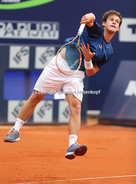 bet-at-home Cup   2013 , ATP World  Tour,<br /> TennisTurnier, International Series,Sandplatz,<br /> Kitzbuehel,Oesterreich,<br /> Diego Schwartzman (ARG),Einzelbild,Aktion,Aufschlag,<br /> Ganzkoerper,Hochformat,