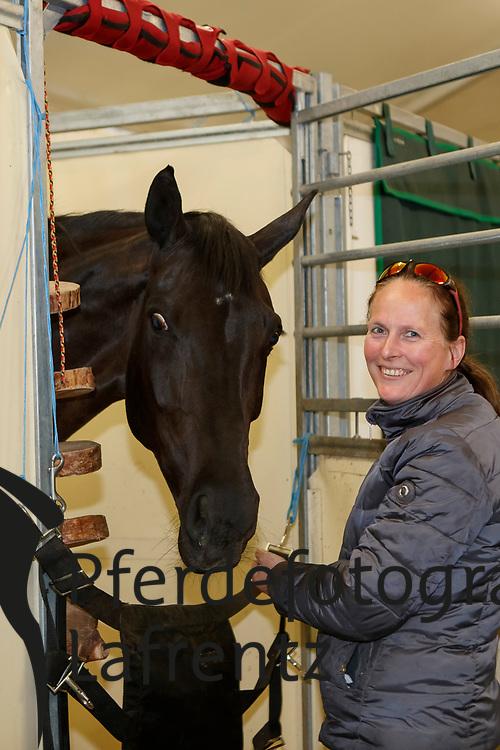WIEGARD Steffi (Pferdepfleger GER), Weihegold OLD<br /> Paris - FEI World Cup Finals 2018<br /> Fotoshooting im Stallzelt<br /> www.sportfotos-lafrentz.de/Stefan Lafrentz<br /> 12. April 2018