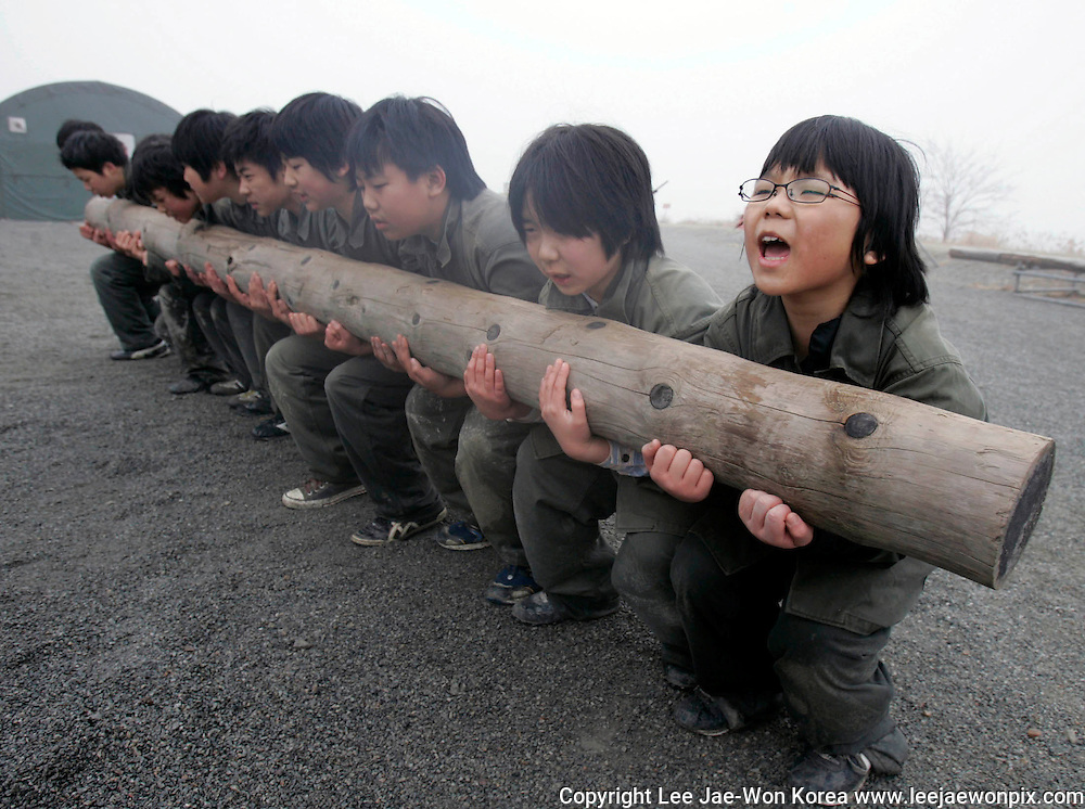 Primary and middle school students participate in a winter military camp for civilians at a camp run by retired marines in Ansan, southwest of Seoul, January 7, 2008. /Lee Jae-Won