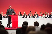 14 APR 2013,AUGSBURG/GERMANY:<br /> Peer Steinbrueck, SPD Kanzlerkandidat, haelt eine Rede, Rechts: Sigmar Gabriel, Hannelore Kraft, Martin Schulz, Aydan Oezoguz, Klaus Wowereit, a.o. SPD Bundesparteitag, Messe Augsburg<br /> IMGE: 20130414-01-260<br /> KEYWORDS: Parteitag, party congress, Peer Steinbrück, Applaus, applaudieren, klatschen