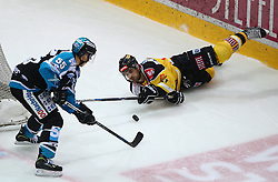 24.01.2016, Albert Schultz Eishalle, Wien, AUT, EBEL, UPC Vienna Capitals vs EHC Liwest Black Wings Linz, Platzierungsrunde, im Bild Robert Lukas (EHC Liwest Black Wings Linz) und Derek Whitmore (UPC Vienna Capitals) // during the Erste Bank Icehockey League placement round match between UPC Vienna Capitals and EHC Liwest Black Wings Linz at the Albert Schultz Ice Arena, Vienna, Austria on 2016/01/24. EXPA Pictures © 2016, PhotoCredit: EXPA/ Thomas Haumer