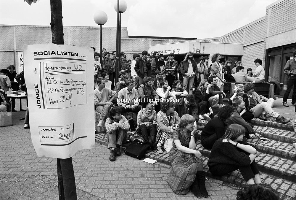 Nederland, Nijmegen, 10-9-1983<br /> Demonstratie van studenten tegen de wet op de studiefinanciering en hervormingen in het wetenschappelijk onderwijs door minister Deetman. Die kreeg te maken met grote demonstraties van studenten na de verhoging van de collegegelden en het verkorten van de studieduur. Poppenkast. Ook het bestuursgebouw en het erasmusgebouw van de KUN, RU, katholieke universiteit, radboud, werden regelmatig bezet.<br /> Foto: Flip Franssen