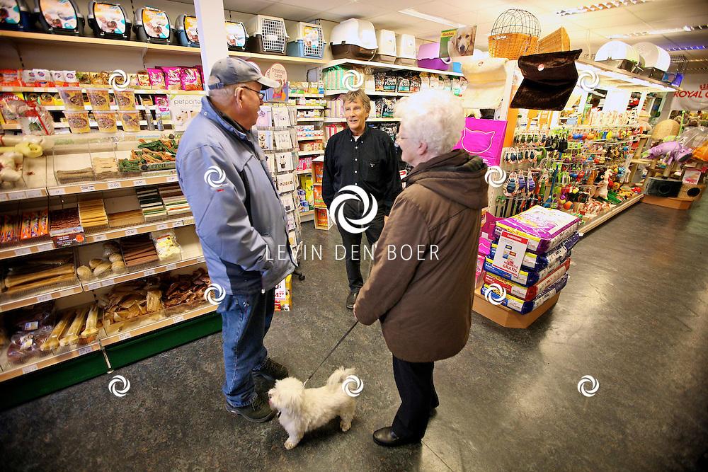 ZALTBOMMEL - Dierenkenner Martin Gaus is vandaag in dierenspeciaalzaak Bert van de Berg in de Waterstraat te Zaltbommel om de mensen met een dier te adviseren over hoe en wat te doen met hun problemen. FOTO LEVIN DEN BOER - PERSFOTO.NU