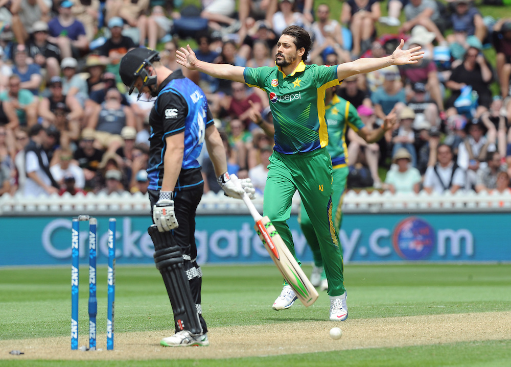 Pakistan's Anwar Ali bowls New Zealand's Henry Nichols for 82 in the 1st ODI International Cricket match at Basin Reserve, Wellington, New Zealand, Monday, January 25, 2016. Credit:SNPA / Ross Setford