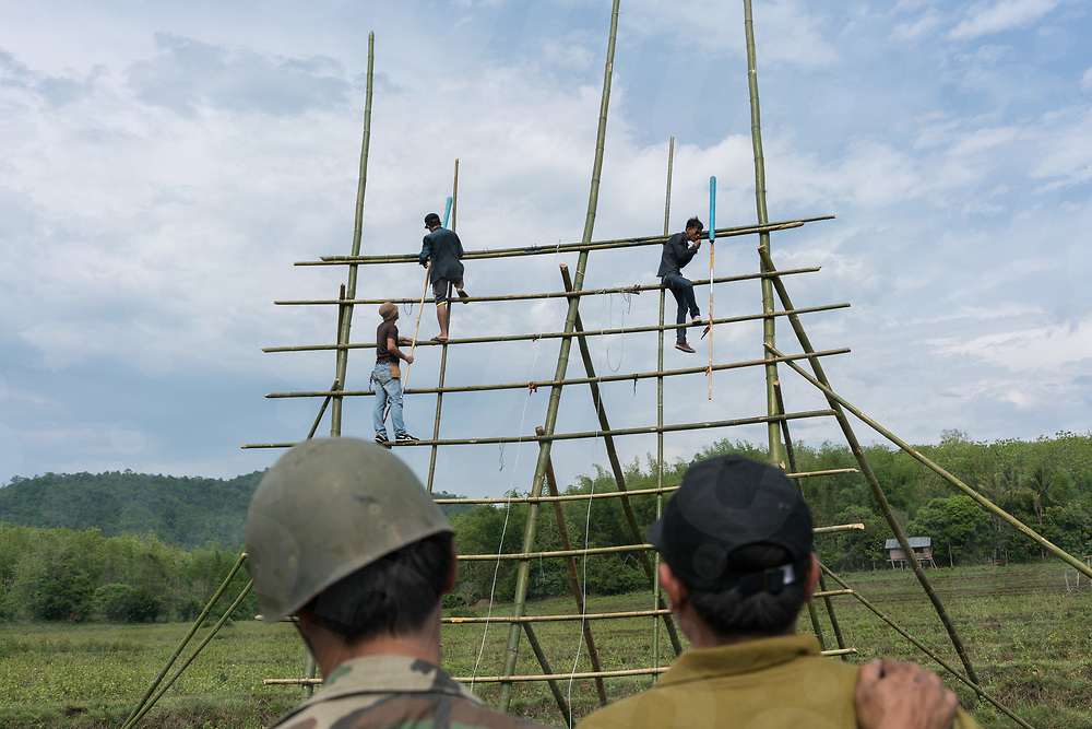 May 10, 2017 - Muang Nan (Laos). Two men wait for their rocket to be installed on the bamboo scaffolding built as launcher. © Thomas Cristofoletti / Ruom