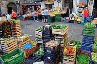 Italie, Campanie, Naples, centre historique Patrimoine Mondial de l'UNESCO, quartier populaire de Spaccanapoli, marche // Italy, campania, Naples, historical centre, Spaccanapoli area, market