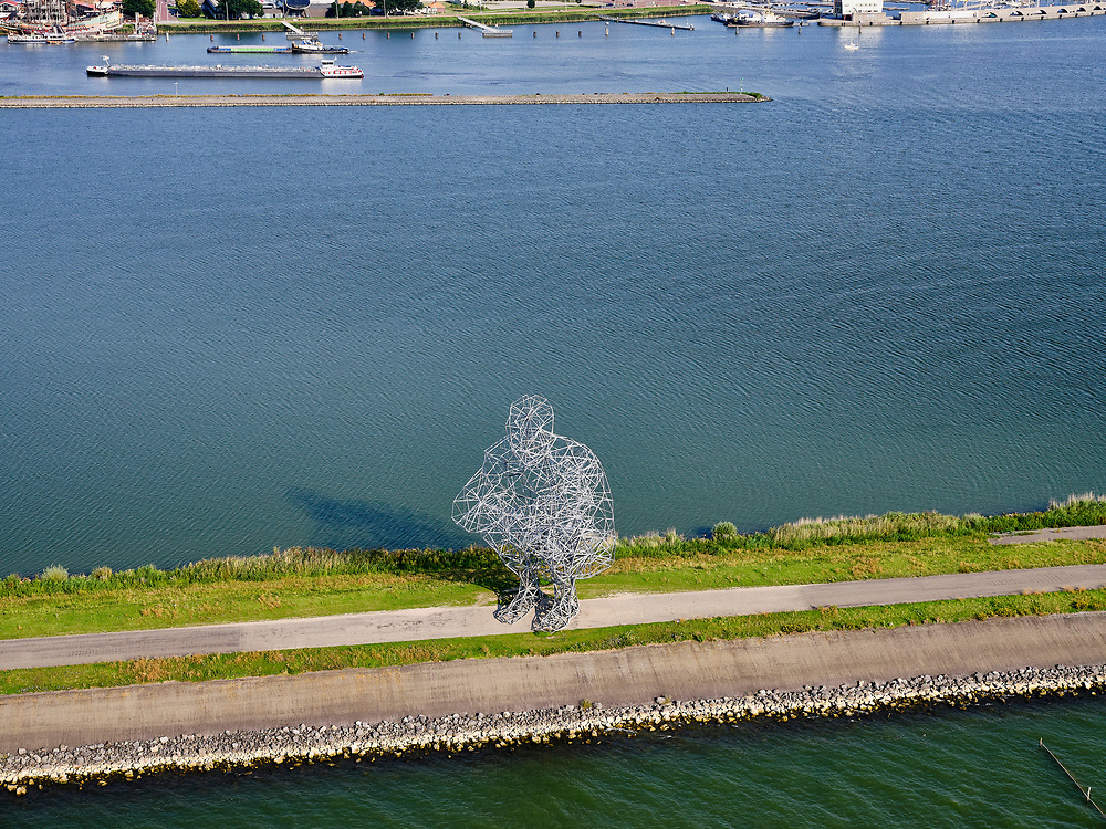 Nederland, Flevoland, Lelystad, 26-08-2019; Markerstrekdam (nabij Houtribsluizen) met het beeld Exposure van Antony Gormley. Het beeld is ook bekend als Crouching man (Hurkende man), of, in de volksmond, de poepende man.<br /> Markerstrekdam (near Houtribsluizen) with the statue 'Exposure' by Antony Gormley. The statue is also known as Crouching man, or, more popular the pooing man.<br /> <br /> luchtfoto (toeslag op standard tarieven);<br /> aerial photo (additional fee required);<br /> copyright foto/photo Siebe Swart