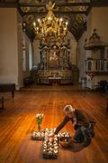 brosteinkorset i Vår Frue kirke, som er en åpen kirke, en omsorgskirke, drevet av Kirkens Bymisjon i Trondheim. Altertavlen er laget i 1742-44 for  Nidarosdomen, den har vært i Vår Frue kirke siden 1837. Den er et barokkverk i jesuitterstil, formet som en portal rundt tre tema. Nederst et lite maleri av nattverden, midt i et maleri av den korsfestede Kristus, og øverst en skulptur av den triumferende Kristus. Portalen er flankert av bibelpersoner og kardinaldyder. Nederst står Moses med lovtavlene og Aron med røkelseskar, flankert av Fides med alterkalk og Caritas (kjærligheten) med et barn på armen. Over portalen Pietas som bærer et lam, og Spes med et anker. Over portalen stråler Guds øye, flankert av to gammeltestamentlige profeter, som holder et blomstergirlander båret av to engler som hyller den oppstandne Kristus. Samlet høyde er ca. 10 meter, og den er trolig Norges største (Wikipedia).