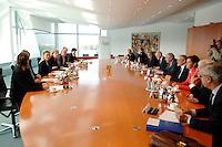 """16 OCT 2006, BERLIN/GERMANY:<br /> Uebersicht Spitzengespraech """"Familie und Wirtschaft"""" der Bundeskanzlerin mit der Impulsgruppe der """"Allianz für die Familie"""", Kleiner Kabinettsaal, Bundeskanzleramt<br /> IMAGE: 20061016-01-007<br /> KEYWORDS: Spitzengespräch"""
