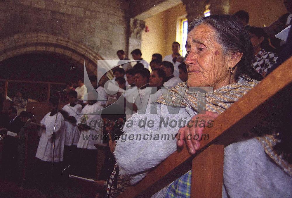 Toluca, Méx.-Cientos de fieles católicos asistieron a la misa de celebración de los 25 años de vida pastora del obispo de Toluca Francisco Robles Ortegal. Agencia MVT/ Mario B. Arciniega