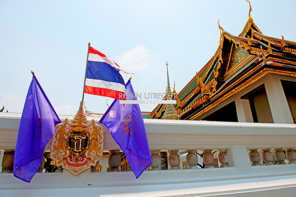 27-3-2015 - BANGKOK - The Grand Palace  is a complex of buildings at the heart of Bangkok, Thailand. Thailand 's king Bhumibol Adulyadej and Queen Sirikitand Her Royal Highness Princess Maha Chakri Sirindhorn of Thailand   Palace is still used for official events<br /> COPYRIGHT ROBIN UTRECHT toerist toeristen vakantie thailand stad grote paleis , foto  mobiele telefoon , starbucks , buddha beeld budda ,
