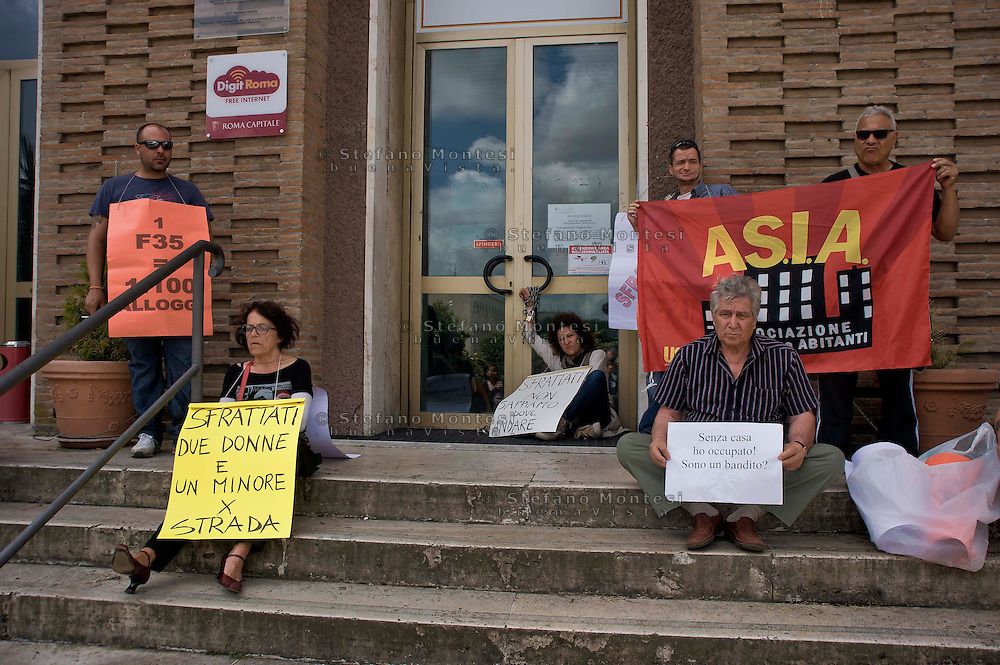 Roma 28 Maggio 2014<br /> Una donna sfrattata con la mamma si sono incatenate all'ingresso  dell'assessorato alla casa del Comune di Roma , sostenuta da altri sfrattati, e dagli attivisti del sindacato Asia-Usb. La famiglia composta due donne e un bambino, perso il lavoro &egrave; stata  sfrattata senza ricevere nessuna assistenza da parte del comune di Roma.<br /> Rome May 28, 2014 <br /> A woman evicted with his mother they are chained to the entry  of the Department to the house of the  Municipality of Rome, supported by other evicted, and activists of the union Asia-USB. The family of two women and a child, lost the job was evicted without receiving any assistance from the municipality of Rome.