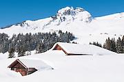 Winterlandschaft min schneebedeckte Hütten unter Busalp in Jungfrauregion