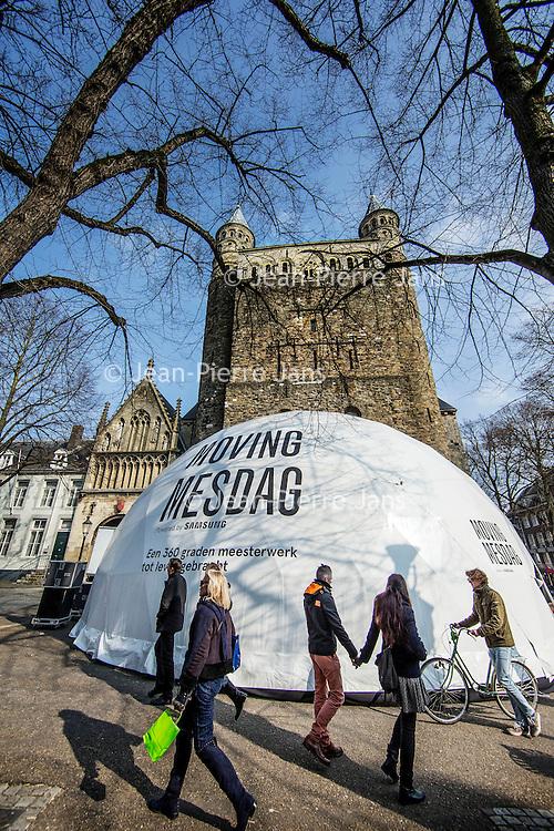 Nederland, Maastricht, 10 maart 2016.<br /> Mesdag-iglo.<br /> Aan de voet van de Onze Lieve Vrouwebasiliek is de opbouw gaande van een buitenmaatse iglo, waarin tijdens de Tefaf een 360 graden film wordt vertoond van Panorama Mesdag. Schijnt een bijzondere ervaring te zijn. Vanaf zaterdag te bewonderen.<br /> <br /> Building and preparations of Moving Mesdag igloo. A video installation art where a 360 degrees movie of Panorma Mesdag will be shown during the TEFAF (The European Fine Art Fair) from 11th to 20th of march. <br /> <br /> Foto: Jean-Pierre Jans