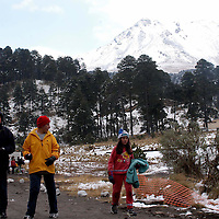 """Zinacantepec, Mex.- Turistas visitan el volcan Xinantecatl """"Nevado de Toluca"""" que presento la primer nevada a la llegada del invierno, las imagenes en el paraje conocido como """"parque de los venados"""" donde la policia mantiene un bloqueo de seguridad. Agencia MVT / Hernan Vazquez E. (DIGITAL)<br /> <br /> NO ARCHIVAR - NO ARCHIVE"""