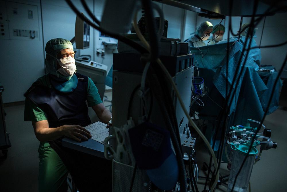 Frankfurt/Main 20. M&auml;rz  2015 <br /> <br /> Fotoserie:  &quot;Geld ist nicht alles&quot;<br /> <br /> Boris Adam hat einen einzigartigen Werdegang. <br /> in der Reihenfolge. <br /> mit 15 Aushilfsbestatter, dann Krankenpflegeausbildung nach Schule, dann Medizinstudium, dann Facharzt Radiologie, dann Oberarzt, dann wieder mit hohem Gehaltsverzicht zur&uuml;ck zur Facharztausbildung als An&auml;sthesist. In seiner &quot;Freizeit&quot; fliegt der als Notarzt mit der Rettungsfliegerstaffel in Reichelsheim  mit. <br /> <br /> copyright: Alex  Kraus<br /> <br /> Alex Kraus // Grabig 9 // 97833 Frammersbach // tel. 0049160 94457749 // alex@kapix.de