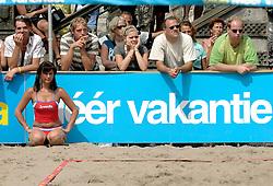 18-06-2006 VOLLEYBAL: CITY BEACH TOUR: GOUDA<br /> De finales van de City Beach! Tour stond dit weekend op de markt van Gouda / beach item - boarding sponsors support publiek en cheerleader<br /> &copy;2006-WWW.FOTOHOOGENDOORN.NL