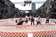 Hockey tournament 3 x 3 on Super Glide skating synthetic surface à Cresent St., Montréal, Québec, Canada, 2008 10 11. © Photo Marc Gibert / adecom.ca