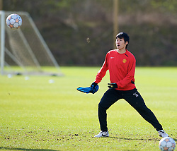 MANCHESTER, ENGLAND - Monday, March 3, 2008: Manchester United's Ji-Sung Park training at Carrington ahead of the UEFA Champions League First knockout round 2nd leg match against Olympique Lyonnais. (Photo by David Rawcliffe/Propaganda)