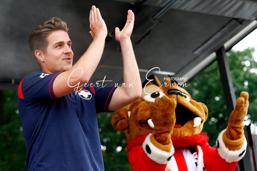 30-07-2016 VOETBAL:WILLEM II - RCD MAILLORCA:TILBURG<br /> Koningsdag Willem II wedstrijd<br /> Supporters maken samen met de spelers en technische staf er een mooi dag van met op de foto met je helden handtekeningen jagen en sfeer proeven<br /> <br /> Foto: Geert van Erven