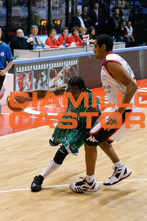 DESCRIZIONE : Biella Lega A 2009-10 Angelico Biella Air Avellino<br /> GIOCATORE : Dee Brown<br /> SQUADRA : Air Avellino<br /> EVENTO : Campionato Lega A 2009-2010<br /> GARA : Angelico Biella Air Avellino<br /> DATA : 17/01/2010<br /> CATEGORIA : penetrazione<br /> SPORT : Pallacanestro<br /> AUTORE : Agenzia Ciamillo-Castoria/E.Pozzo<br /> Galleria : Lega Basket A 2009-2010<br /> Fotonotizia : Biella Campionato Italiano Lega A 2009-2010 Angelico Biella Air Avellino<br /> Predefinita :