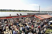 Duitsland, Dusseldorf, 2-6-2012In deze stad aan de rivier de Rijn, de hoofdstad van Nordrhein-Westfalen, was vandaag een Japan dag.Het bracht veel mensen op de been langs de oever van de Rheinn, Rijnkade, en jongeren hadden zich verkleed als stripfiguren uit de Japanse Manga strips.Foto: Flip Franssen/Hollandse Hoogte
