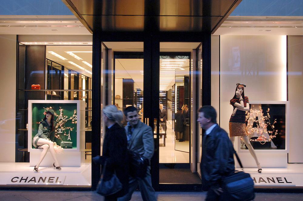 USA, Nordamerika,New York, New York City, Manhattan, 5th Avenue, Einkaufen, shopping, Schaufenster, Chanel Filiale 54th Street, Mode, Kleidung, Passanten