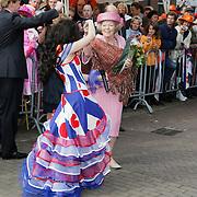 NLD/Makkum/20080430 - Koninginnedag 2008 Makkum, koninging Beatrix dansend met Denise Rivera