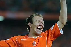 04-06-2005 VOETBAL: NEDERLAND-ROEMENIE: ROTTERDAM <br /> Het Nederlands elftal heeft weer een stap gezet richting het WK van volgend jaar in Duitsland. In Rotterdam werd Roemenië met 2-0 verslagen / Arjen Robben scoort de 1-0<br /> ©2005-WWW.FOTOHOOGENDOORN.NL