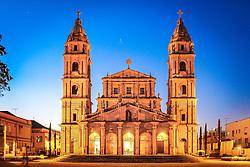Em Santo &Acirc;ngelo, est&aacute; uma das poucas igrejas a ter como padroeiro um anjo, e n&atilde;o um santo. Dedicada ao anjo da guarda, &eacute; semelhante ao templo constru&iacute;do na redu&ccedil;&atilde;o de S&atilde;o Miguel no s&eacute;culo 18. A Catedral Angelopolitana &eacute; a terceira  igreja a ocupar o espa&ccedil;o do Centro Hist&oacute;rico.<br /> <br /> A primeira foi constru&iacute;da em 1706 na Redu&ccedil;&atilde;o de San &Aacute;ngel Cust&oacute;dio. A segunda foi uma pequena constru&ccedil;&atilde;o do s&eacute;culo 19 para atender &agrave; comunidade. E, por fim, a atual estrutura, edificada a partir de 1929.<br /> <br /> A arquitetura da catedral &eacute; de estilo barroco missioneiro, um misto de barroco,renascentista e guarani. Na fachada, em pedra gr&ecirc;s ou arenito, colunas, arcos e esculturas de Valentim Von Adamovich homenageiam os padroeiros dos Sete Povos das Miss&otilde;es. FOTO: Jefferson Bernardes/ Ag&ecirc;ncia Preview