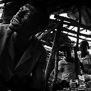 Abassi Bouba le sait bien d'ailleurs. Sous ses airs de pharmacien de bas étale, ce réfugié centrafricain de 38 ans vend sur le marché de Gado tout un tas de cachets indéfinis pour soigner tous les maux. Véritable charlatan au verbe agressif, il accueille dans sa boutique les âmes les plus esseulées pour leur prescrire le remède miracle qui chassera leurs pires cauchemars.