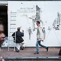 Nederland, Amsterdam, 6 oktober 2017.<br />Kunstenaar Floris Tilanus werkt aan zijn muurschildering in de Utrechtsestraat nr 85.<br /><br /><br /><br />Foto: Jean-Pierre Jans