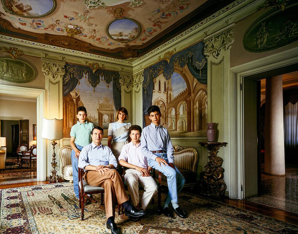 27 JUN 1991 - Gambellara (Vicenza) - Gianni Zonin con la moglie Silvana e i figli Domenico, Francesco e Michele, nella villa di famiglia