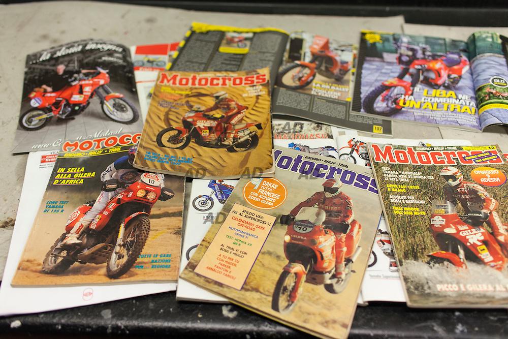 """Alcune riviste dell'epoca sulla Gilera ed altre moderne con i modelli Di Vittorio """"Liba"""" Libanori."""