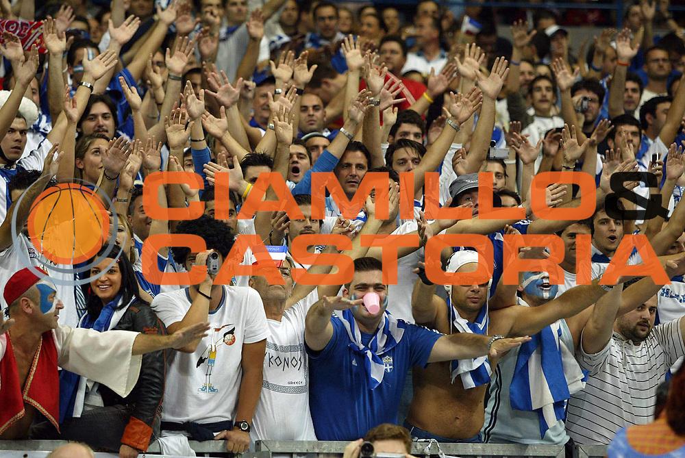 DESCRIZIONE : Belgrado Belgrade Eurobasket Men 2005 Grecia Germania Finale<br /> GIOCATORE : Tifosi Supporter Fan<br /> SQUADRA : Grecia Greece <br /> EVENTO : Eurobasket Men 2005 Campionati Europei Uomini 2005<br /> GARA : Grecia Germania Greece Germany<br /> DATA : 25/09/2005<br /> CATEGORIA :<br /> SPORT : Pallacanestro<br /> AUTORE : Ciamillo&amp;Castoria/Fiba Europe Pool