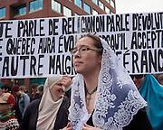 Canada, Québec, Montréal. Une autre manifestation pour dénoncer le projet de charte des valeurs québécoises du gouvernement Marois s'est déroulée le 20 octobre 2013 au centre-ville de Montréal. La coalition appelée «Ensemble contre la charte xénophobe a rassemblé près de 1000 personnes.